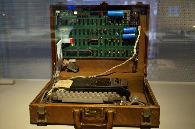 Original_1976_Apple_1_Computer_In_A_Briefcase